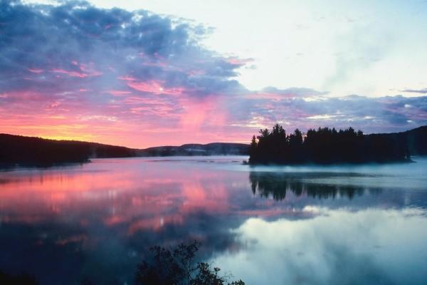 Los colores del cielo reflejados en el agua