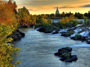 Postal: El cauce un río junto a una ciudad
