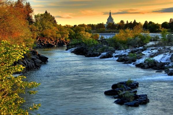 El cauce un río junto a una ciudad