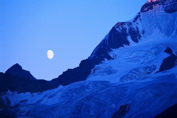 La luna sobre unas frías montañas