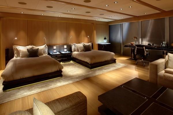 Un gran dormitorio en un hotel de lujo