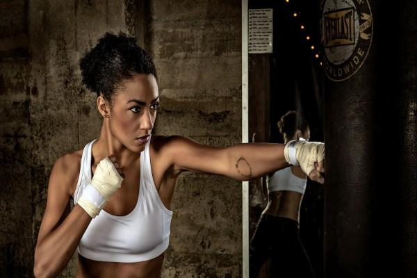 Una mujer en su entrenamiento deportivo