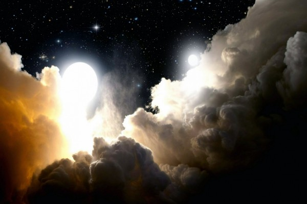 Nubes y lunas en un espacio estrellado