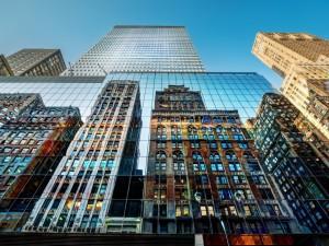 Postal: Edificios reflejados en las ventanas de un edificio de Nueva York