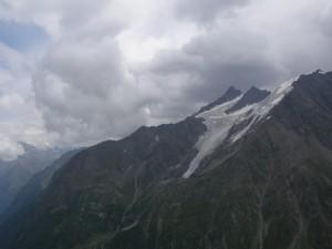 Nubes sobre unas montañas