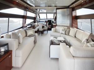 El interior de un barco en color blanco y madera