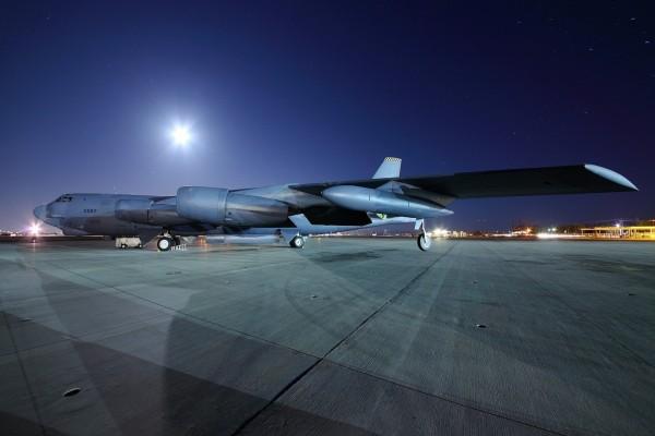 Un avión en el aeropuerto por la noche