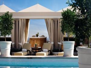 Postal: Una estancia para el relax junto a una piscina