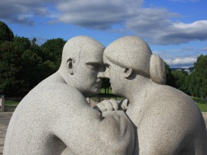 Postal: Estatua de un hombre frente a una mujer