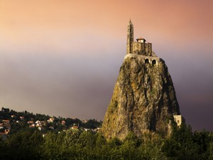 Postal: Edificio religioso sobre una gran roca