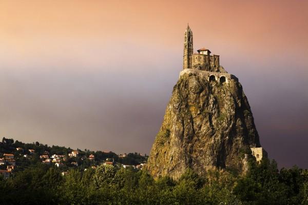 Edificio religioso sobre una gran roca