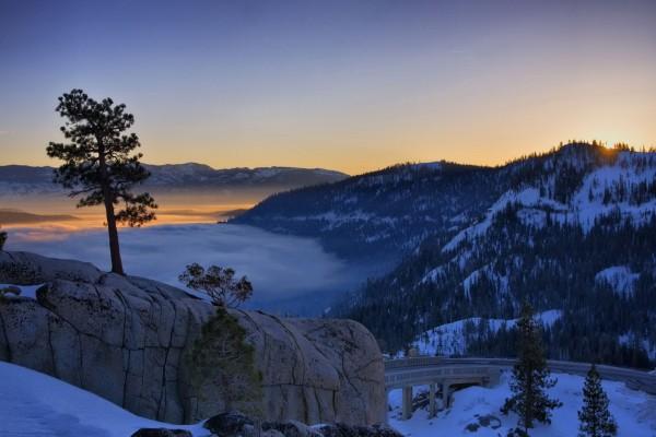 Amanecer sobre un paisaje montañoso en invierno