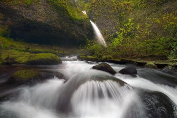 Rocas en la corriente de un río