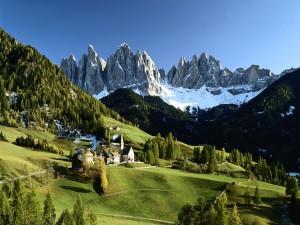 Vistas de un bonito pueblo de montaña al llegar la primavera