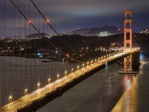 Gran puente iluminado al anochecer