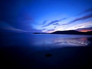 Postal: Bonito amanecer sobre una playa