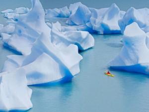 Postal: Un kayak cruzando el Lago Grey (Parque Nacional Torres del Paine, Chile)