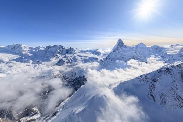 El sol brillando sobre los Alpes peninos