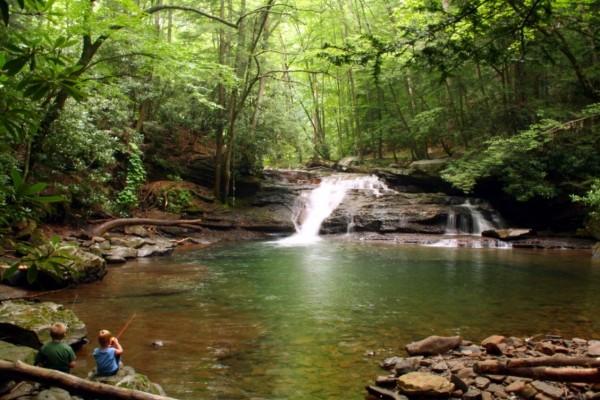 Niños de pesca en un río