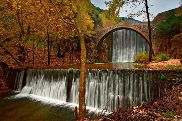 Puente medieval y cascada en Palaiokarya (Tesalia, Grecia)
