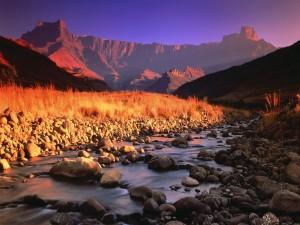 La luz del sol sobre las montañas rocosas y el valle