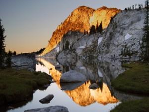 Montaña recibiendo la luz del sol