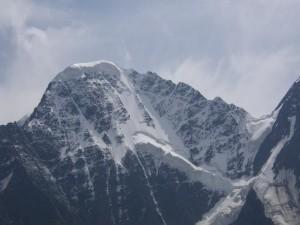 Nieve en la cima de una montaña