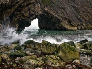 Cavidad en una pared de roca sobre el mar