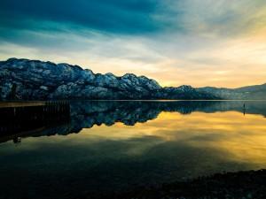 El sol del amanecer reflejado en un lago