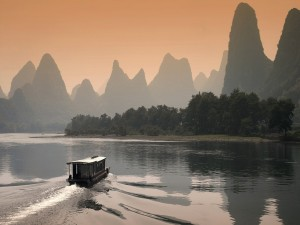 Embarcación navegando junto a las montañas Guilin (China)
