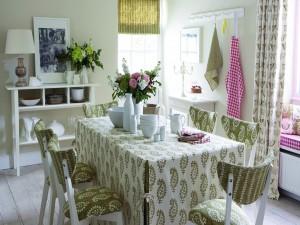 Un cómodo y bonito comedor primaveral en tonos blancos y verdes