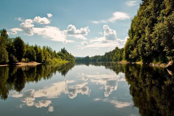 Nubes reflejadas en un río