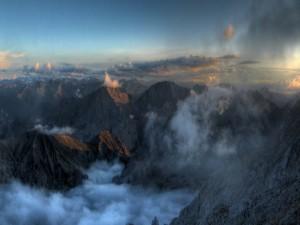 Nubes sobre las montañas al amanecer