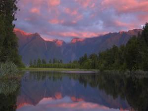 Postal: Bonito amanecer reflejado en un lago