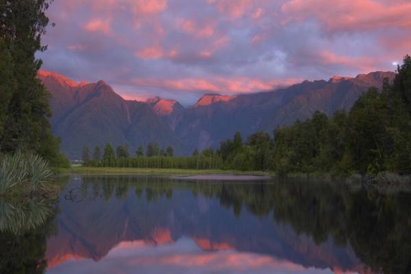 Bonito amanecer reflejado en un lago