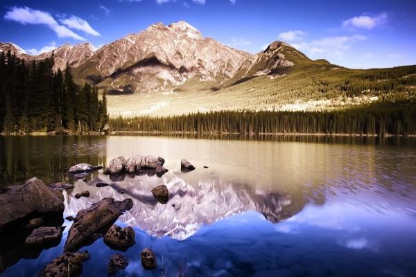 Nubes sobre las montañas y el lago