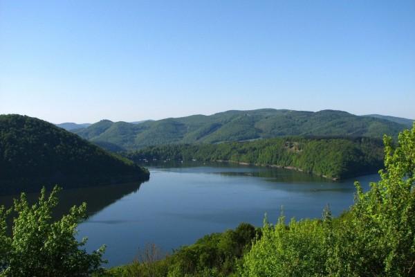 El cauce de un río en un entorno natural