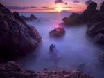 Bruma sobre el agua al amanecer