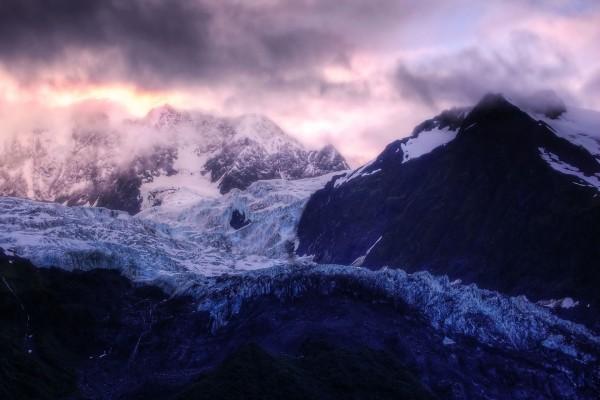 Nubes sobre el glaciar de la montaña