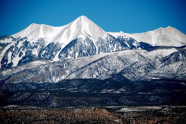 Primera nevada sobre las montañas
