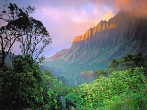 Postal: Sol iluminando los picos rocosos