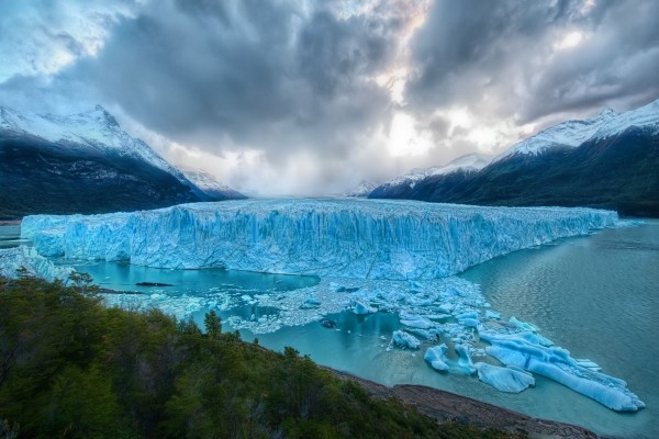Gran glaciar sobre el agua