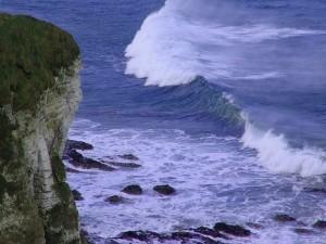 Contemplando las olas desde un acantilado