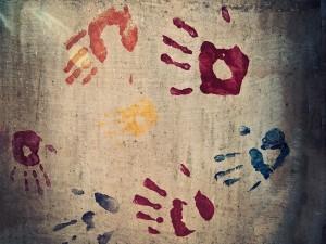 Postal: Huellas de manos en varios colores