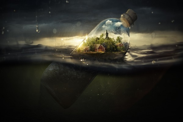 Ciudad dentro de una botella flotando en el agua