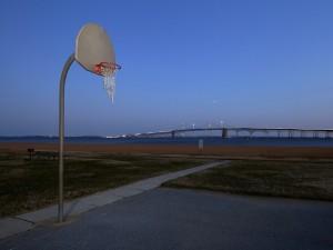 Una canasta de baloncesto en la calle