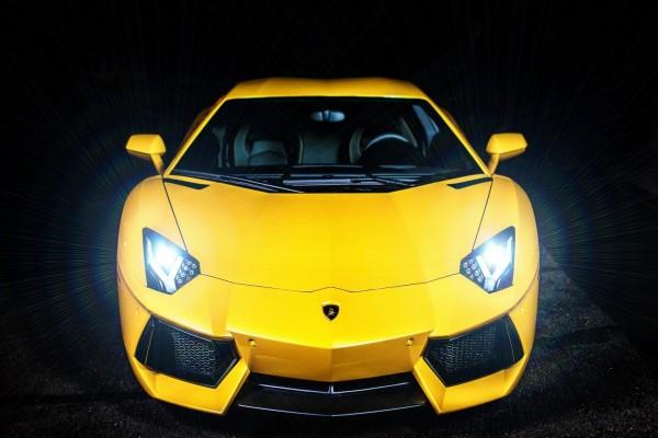 Un Lamborghini amarillo con las luces encendidas