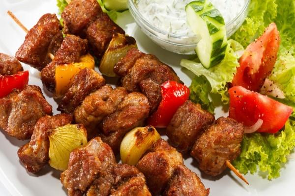 Brochetas de carne con verduras