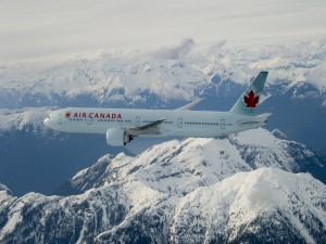 Boeing 777-300ER de Air Canadá volando sobre montañas