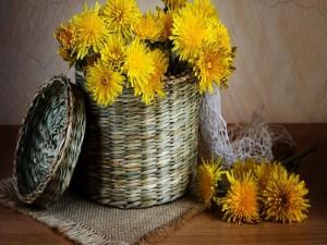 Cesta con flores amarillas